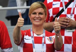 صداوسیما صحنه های در آغوش گرفتن رئیس جمهور کرواسی و بازیکنان فرانسه و کرواسی را در فینال جام جهانی نمایش داد
