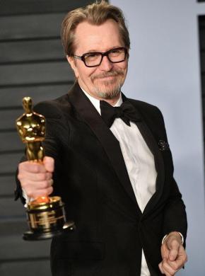 گری اولدمن برنده اسکار بهترین بازیگر مرد امسال، به وعدهاش عمل کرد: مادر زیر کتری را روشن کرده بود/ مجموعه تصاویر را در